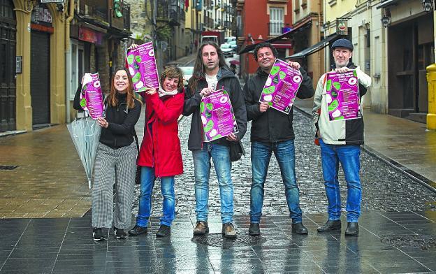 Iratxe Recio, Juncal Alfonso, Asier Karkamo, Francesco Giglio y Peter Walsh con el cartel solidario. / DE LA HERA