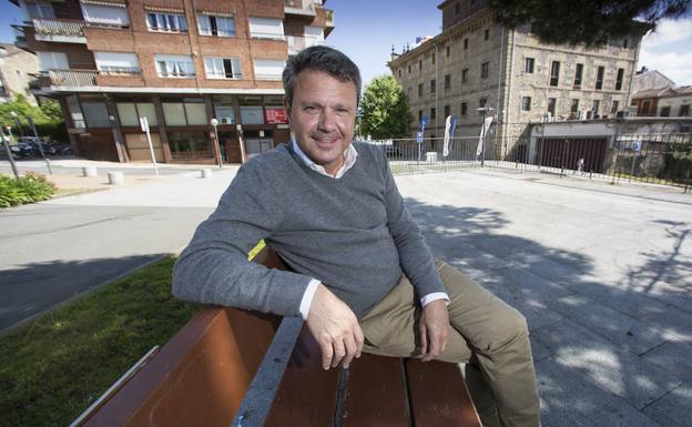 Santano, sentado en la plaza Gain Gainean, detrás del Ayuntamiento de Irun./F. de la Hera