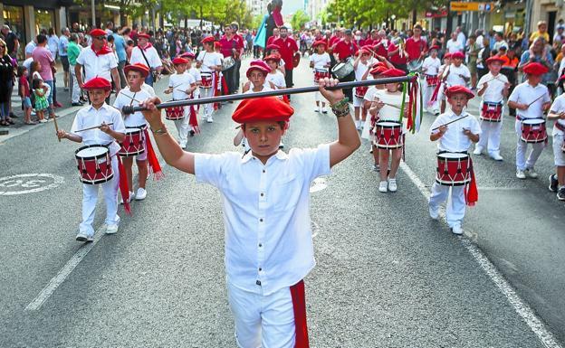 El público aplaude la Tamborrada Infantil, a su paso por el paseo de Colón. / FOTOS F. DE LA HERA