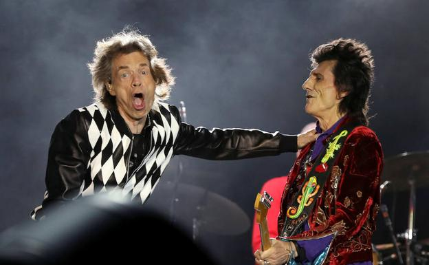 Jagger y Ron Wood, en plena acción. / REUTERS/DANIEL ACKER