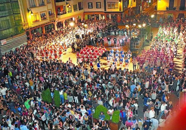 La tamborrada de las sociedades gastronómicas lleno de público Lege Zaharren enparantza con sus doce sociedades al ritmo de la Banda Municipal. / FOTOS AMAXKAR