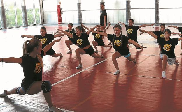 Las chicas de gimnasia rítmica realizan uno de sus bailes en su último día de curso. /Floren Portu.