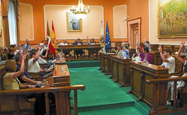 Unanimidad. Todas las votaciones de ayer se saldaron con el mismo resultado, incluso la del incremento de las cuentas municipales./F. DE LA HERA