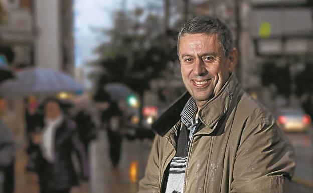 Agustín González, en una imagen de 2011, tras su elección como presidente del Foro Ciudadano irunés. / F. DE LA HERA