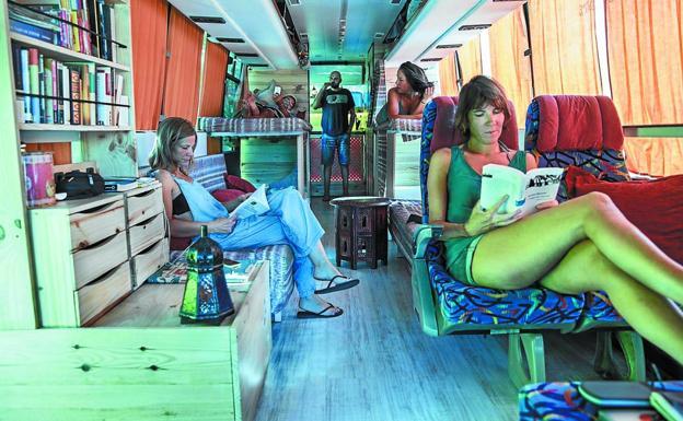 Interior del autobús camperizado, que partió de Irun para realizar este viaje de dos meses, con destino a Iran. /