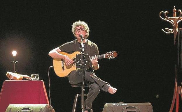 El cantautor canario Pedro Guerra, que esl sábado estará en Irun, durante un concierto. /EFE