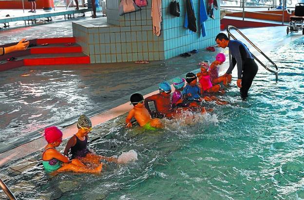 ¡Al agua! Niños en iniciación de natación en Artaleku./