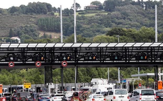 El jueves las retenciones en la frontera de Biriatou llegaron a los nueve kilómetros/EFE