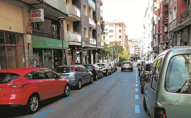 Aparcamiento en OTA de la calle Serapio Múgica y entrada al parking de Pío XII./F. DE LA HERA