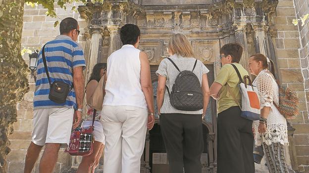 Participantes en una de las visitas guiadas, frente a la iglesia del Juncal. / F. DE LA HERA