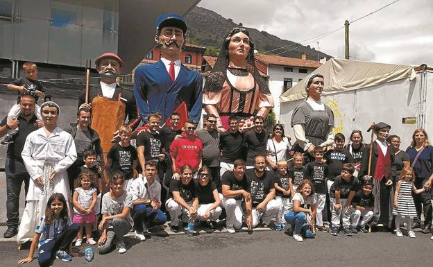 Miembros de Ondare Kultur Elkartea posan con los seis gigantes que, el año pasado, se sumaron a la comparsa de la asociación. /