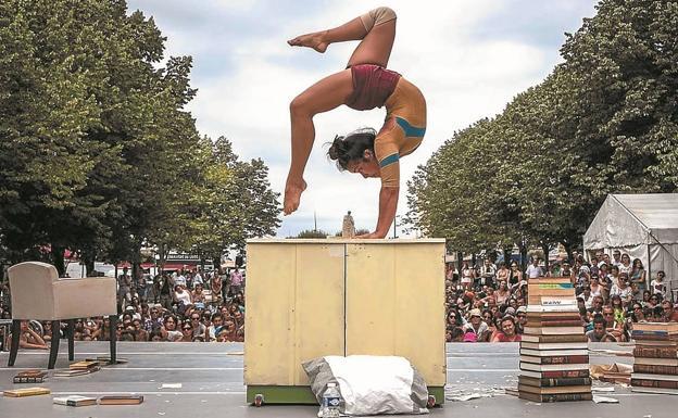 Contorsionismo literario. El espectáculo circense Irakurriz de la irundarra Shakti Olaizola, inspirado en la literatura, utiliza 150 libros./GOVAN