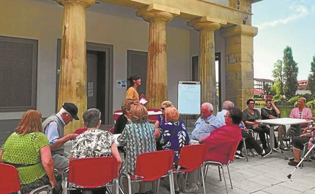 Talleres. Un grupo de personas mayores participa en una actividad de verano, en el centro social de Behobia, antiguo Cuerpo de Guardia./