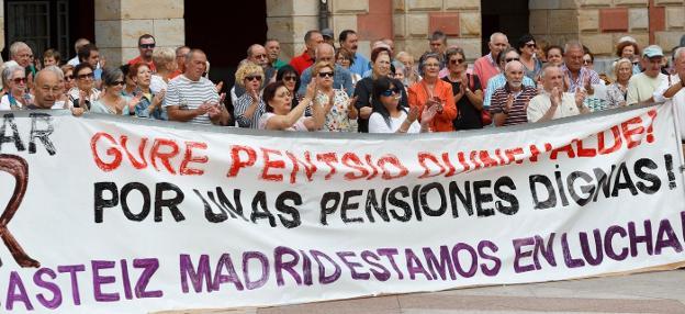 Los pensionistas eibarreses celebraron una concentración donde anunciaron las movilizaciones programadas para octubre./MIKEL ASKASIBAR