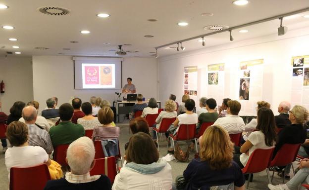 Lleno. El público siguió con mucho interés la intervención de Mertxe Urteaga./FLOREN PORTU