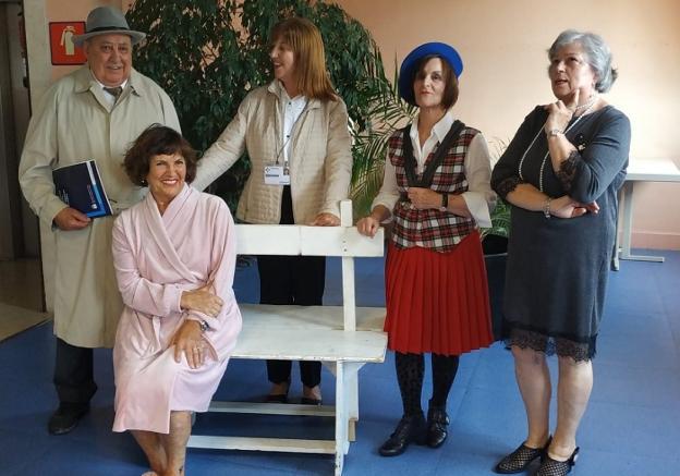 Goyo Santalla, junto a varias de sus compañeras del grupo de teatro Oroimenak./