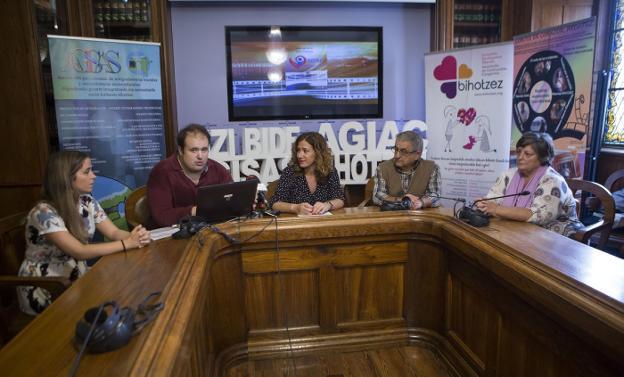 Dar visibilidad. Patricia Asensio (Bihotzez), Julen Ulanga (Agisas), la delegada de Bienestar Social, Cristina Laborda, Antonio Arroyo (Agiac) y Juncal Echeverría (Bizi Bide)./F. DE LA HERA