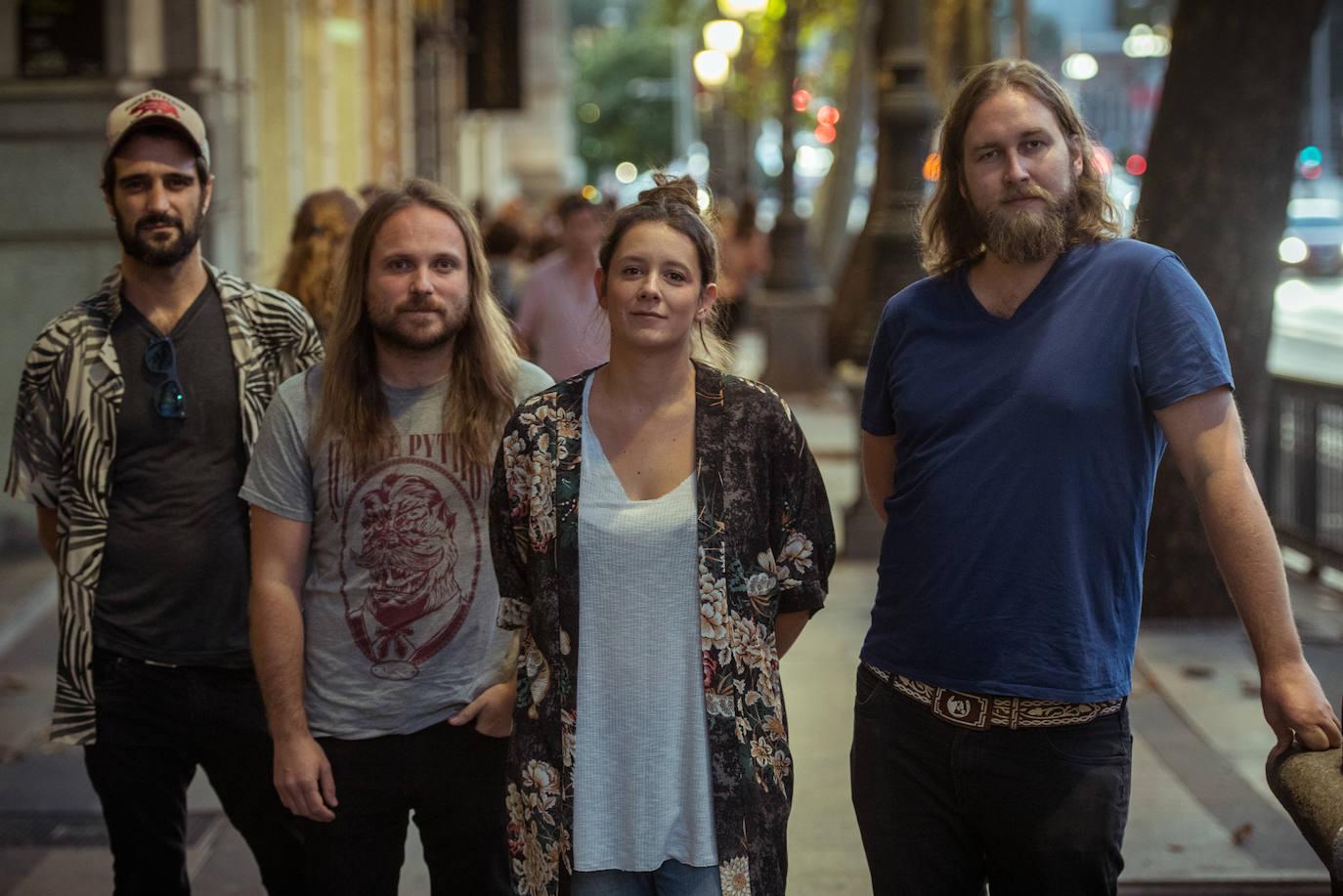 Die Band posiert in einer zentralen Straße von Madrid.