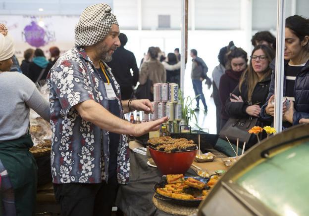 Vegan People. Uno de los stands en los que probar comida vegana, incluidas hamburguesas./FOTOS: F. DE LA HERA