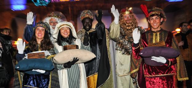 Cabalgata. Melchor, Baltasar y Gaspar, junto a sus tres pajes, saludan a los cientos de vecinos que se congregaron en Goikoplaza. /  FOTOS UNANUE