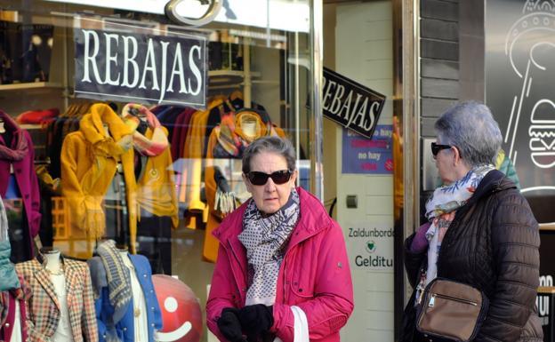 Dos mujeres pasean y observan escaparates en Luis Mariano./FOTOS: F. DE LA HERA
