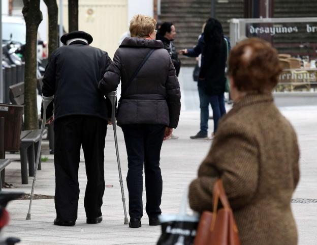 Personas mayores paseando por el entorno de Luis Mariano./J. LUSA