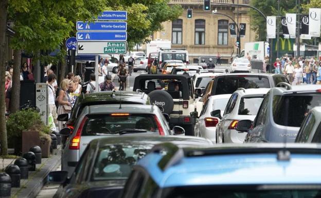 Intenso tráfico en el centro de Donostia el pasado verano. El Gobierno obligará al Ayuntamiento a diseñar zonas de bajas emisiones./Lobo Altuna