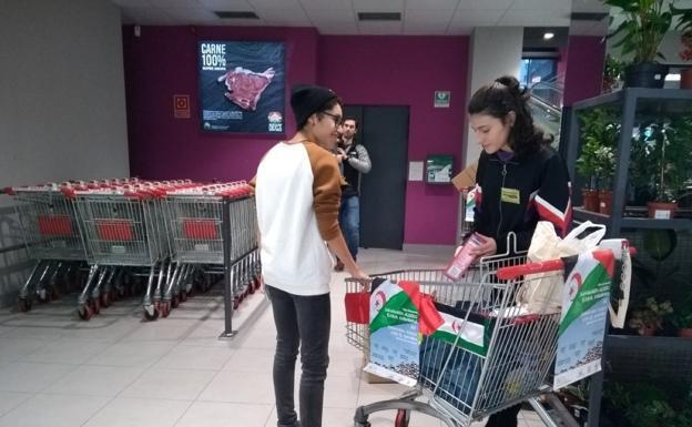 Voluntarias de Tadamum Elkartea recogen alimentos en un supermercado./F. DE LA HERA