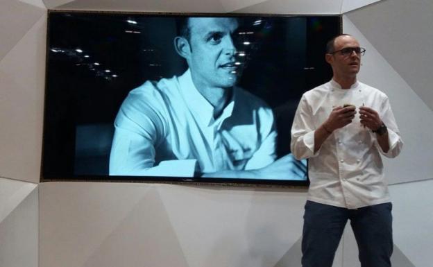 Autor. Iñigo Lavado, durante la presentación de su libro 'Cocinando emociones' en Fitur. /