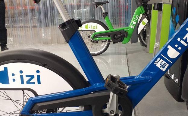 Nuevas bicicletas de dBizi, con la imagen corporativa que identificará el servicio. Las mecánicas serán azules y las eléctricas, verdes./