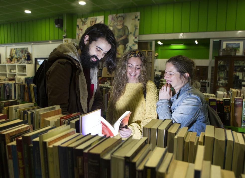 La magia de una buena historia. Lectores curiosean en la sección literaria del Ekocenter. / FOTOS: F. DE LA HERA