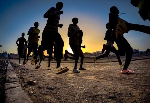 Una de las fotografías de la exposición, que refleja la afición por el atletismo en Tigray. / ENAITZ SENPERENA