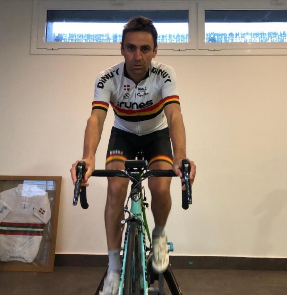 Garate hace rodillo tanto por su cuenta como con los chavales del Club Ciclista Irunés por videoconferencia. /