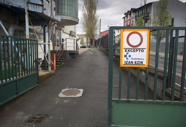 Entrada al parking del Instituto Bidasoa, sólo para Osakidetza. / DE LA HERA