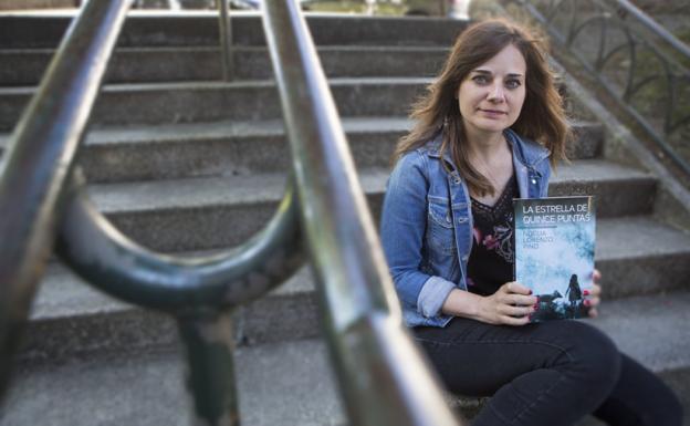 Noelia Lorenzo con un ejemplar de su nueva novela, publicada a principios de marzo. / F. DE LA HERA
