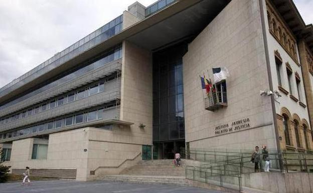 La Fiscalía pide casi 13 años para dos acusados de atracar armados a un anciano en Irun