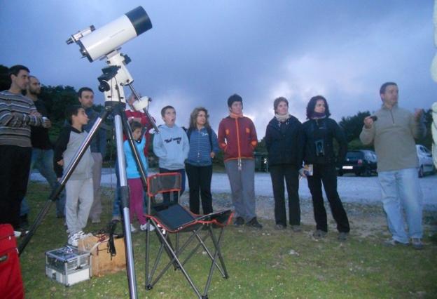 Observación de estrellas dirigida por miembros de la Sociedad Aranzadi. /