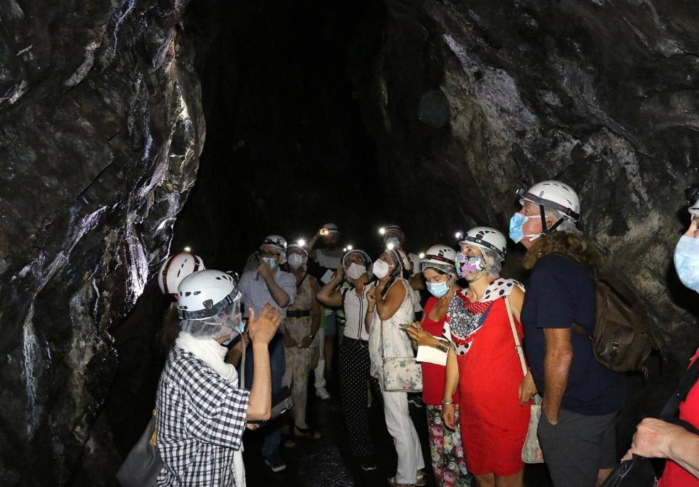 Bajo tierra. En los primeros pasos de la antigua galeria minera se aprecian diferentes tipos de minerales . / FOTOS: FLOREN PORTU