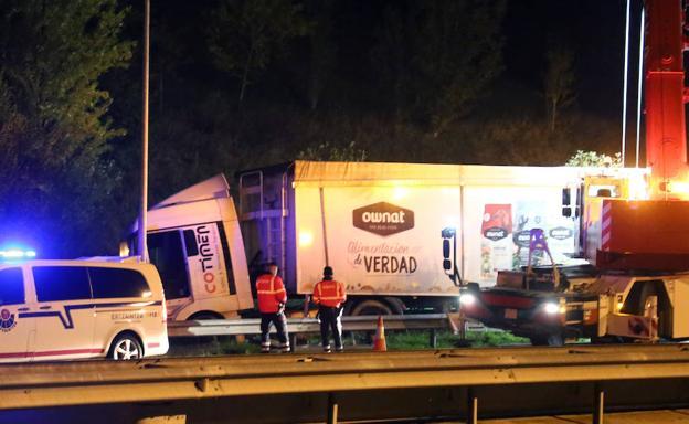 El camión quedó en el arcén tras golpear la bionda./Arizmendi