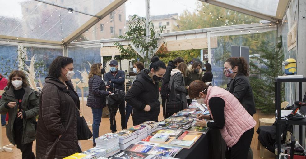 Mostrador de Tinta Cómics en la carpa de la feria del Libro instalada en la plaza Genaro Etxeandia. / FOTOS F. DE LA HERA