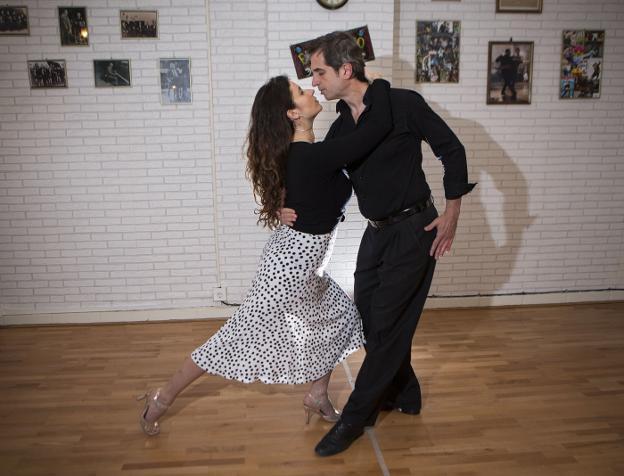 Marion y Asier dan clases en su escuela de Irun, El Sótano en la Avenida Gipuzkoa, pero también en Donostia o Bayona. / F. DE LA HERA