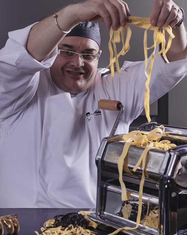 Andrea Tumbarello muestra la pasta artesana que elabora en su restaurante Don Giovanni, ubicado en Madrid.