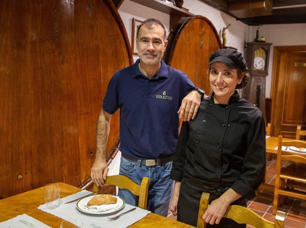 Pedro Irizar e Irene Elustond mantienen actualmente la tradición de la sidra Barkaiztegi, que se remonta a 1680.