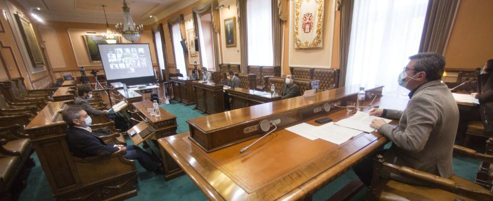 Semipresencial. Los portavoces de losdistintos grupos políticos fueron los únicos enacudir a la sala capitular. / FOTOS F. DE LA HERA