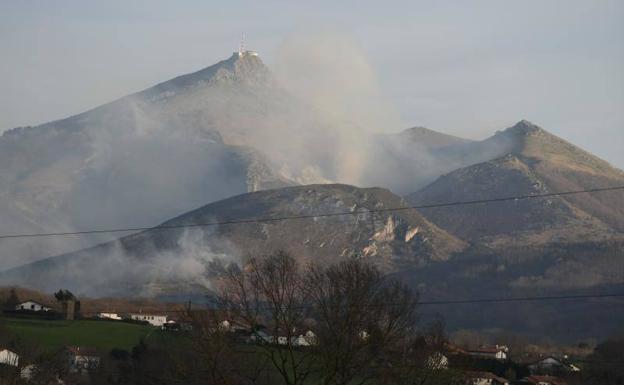 Estabilizado pero no controlado el incendio que afecta a la zona del Bidasoa