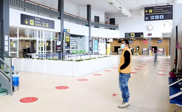 Un viajero observa el panel de información del aeropuerto de Hondarribia./Lusa