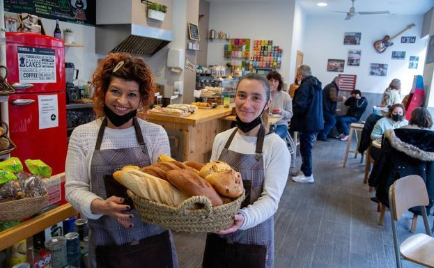Olatz (izquierda) y un colega muestran una canasta de varios tipos de pan en Tribeka.