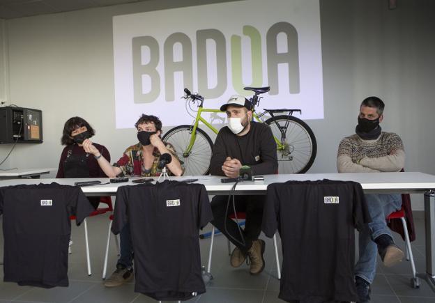 Claudia Romero, June Arruti, Nestor Uranga y Mikel Valero, miembros de BSD Koop y Badoa Koop. / F. DE LA HERA