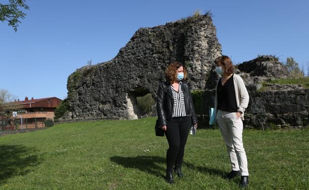 La delegada de Obras del Ayuntamiento de Irun, Cristina Laborda, con Ana Baena, técnico del área. /F. de la hera