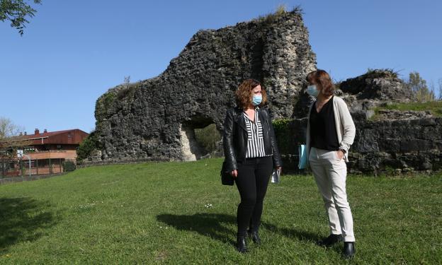 La delegada de Obras, Cristina Laborda, y la directora del área, Ana Baena, en Gazteluzar. / F. DE LA HERA